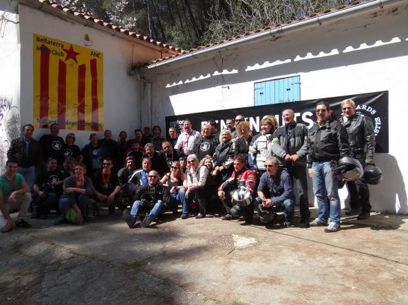 Signatures a l'estelada mural i foto del grup de Motards Independentistes.
